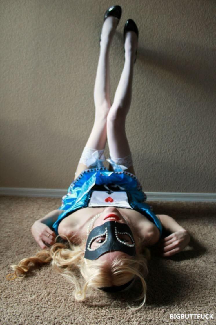 Худая блондинка в соблазнительном наряде эротично ласкает себя