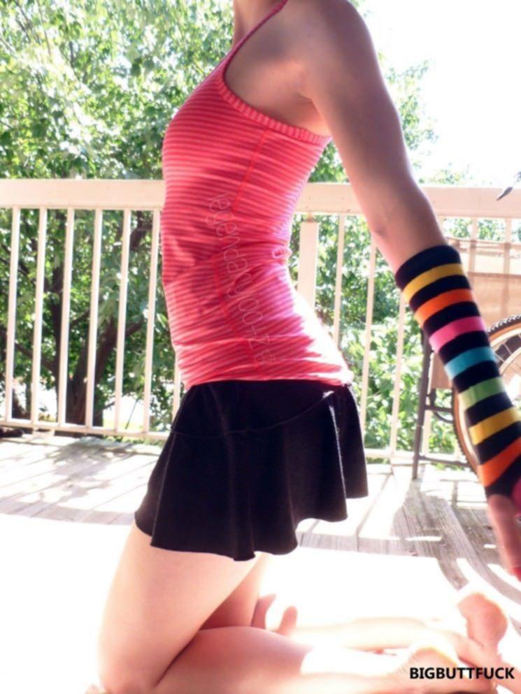 Девчонка на веранде задирает юбку и светит голой киской