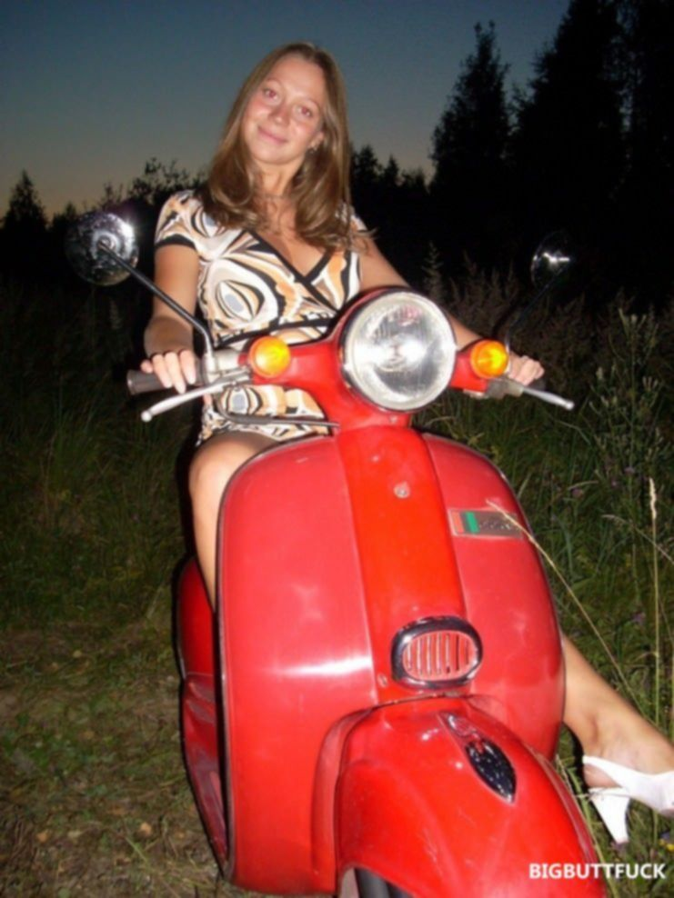 Девка на мотоцикле раздевается догола перед хахалем