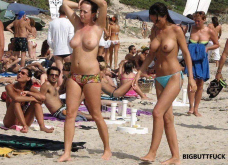 Очаровательные девушки светят голыми сиськами на пляже