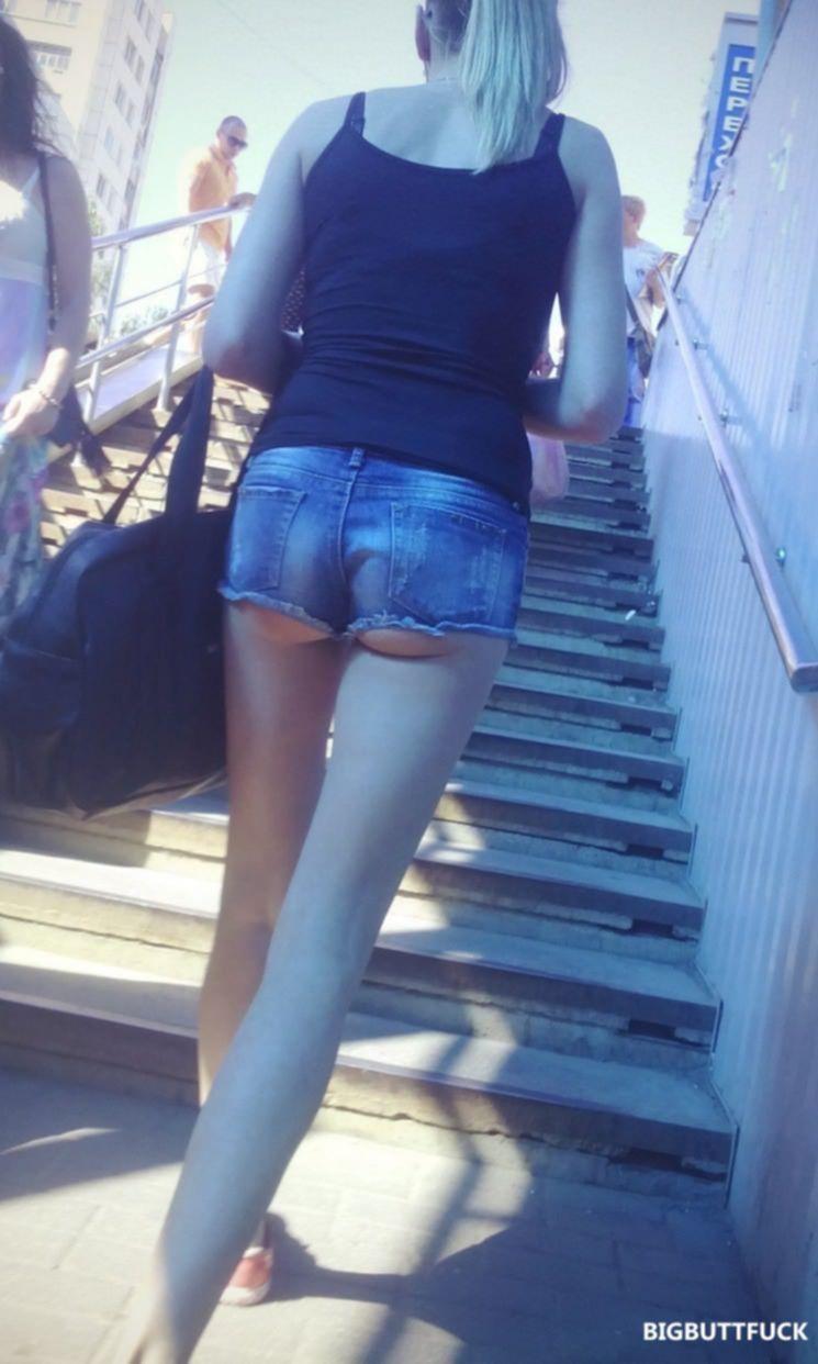 Попки девушек в коротких шортиках