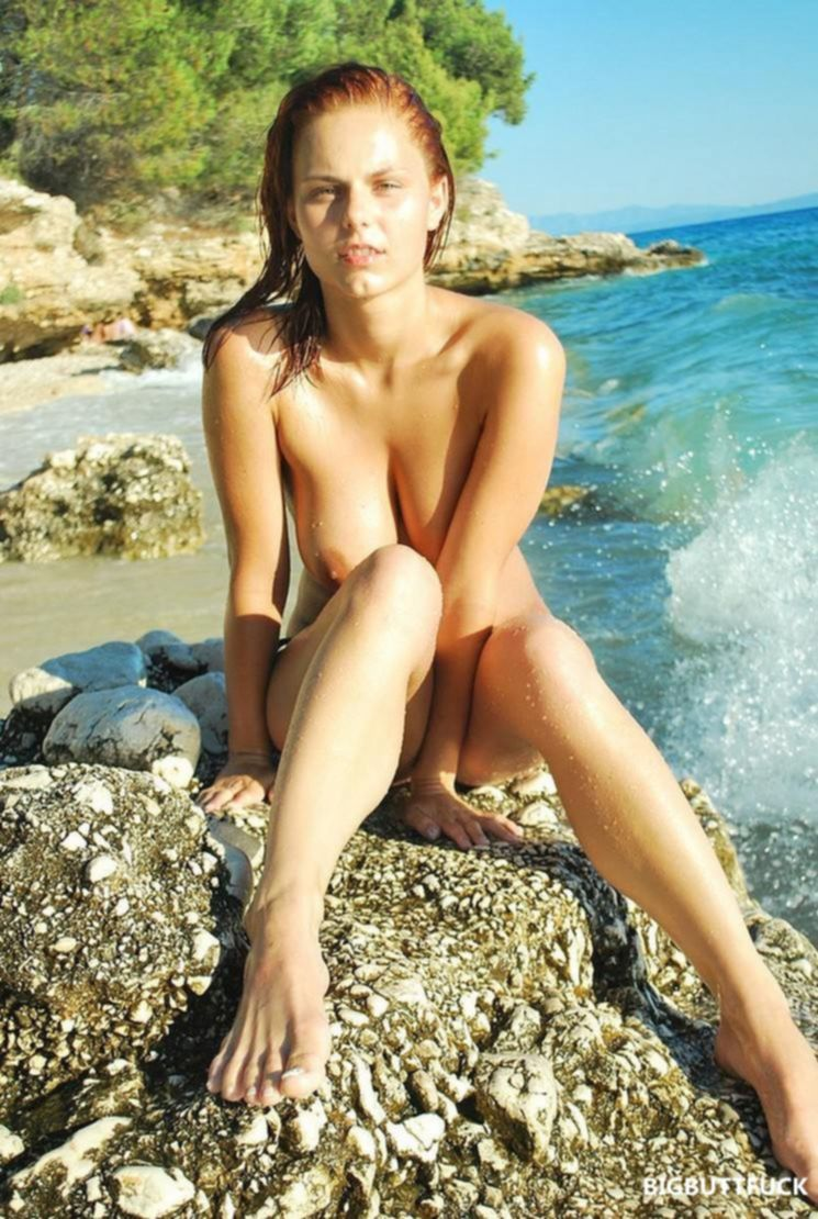 Две подружки с голыми сиськами купаются и загорают на море