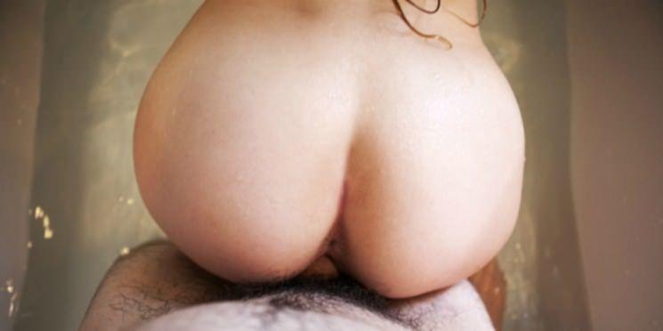 Молодая жена крутит голой попой в ванной и трахается с мужем
