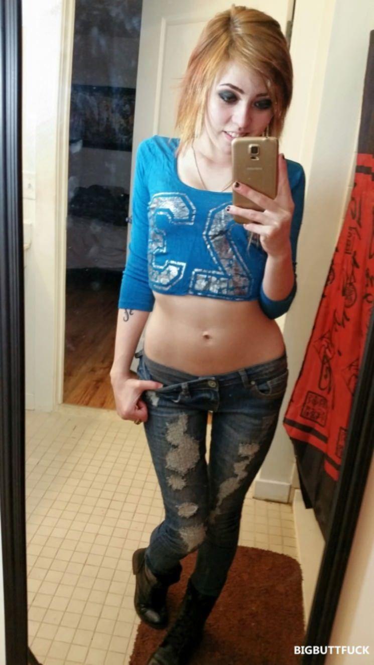Вульгарная девка перед зеркалом фотографируется обнажённой