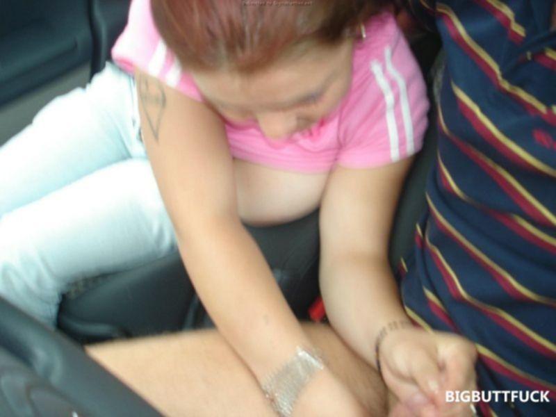 Зрелая русская баба занимается сексом в машине